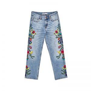 Jeans mit Blumenmuster von ZARA