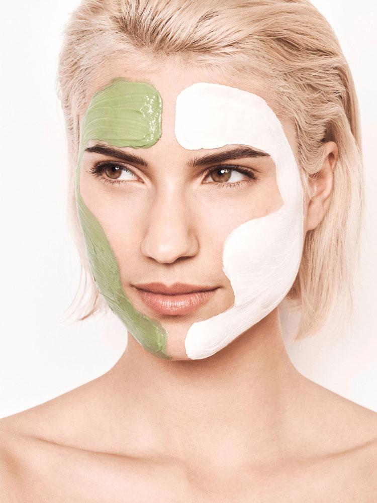 blonde frau mit grüner und weißer gesichtsmaske von schaebens im gesicht