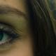 Frau mit dunklen Augenbrauen