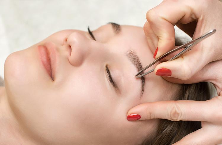 Frau werden Augenbrauen gezupft