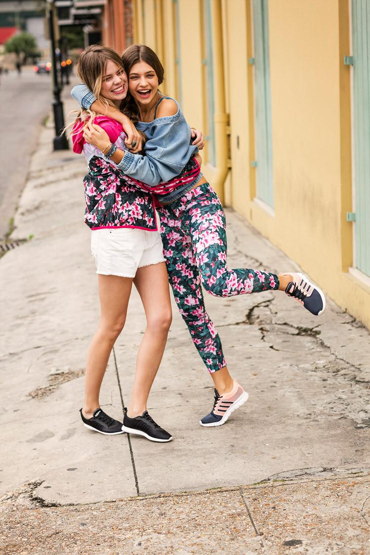 Frauen mit Sneakern