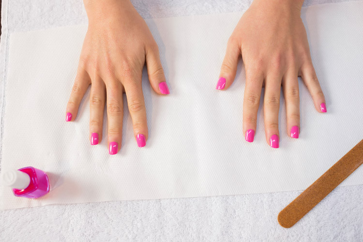 Nägel in Pink lackieren