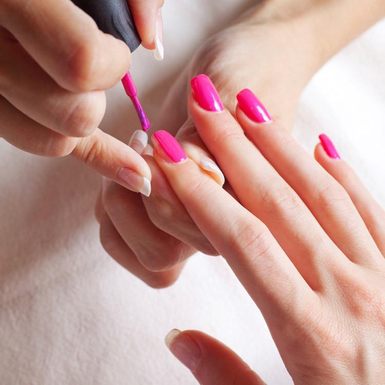 Pinke Nägel lackieren