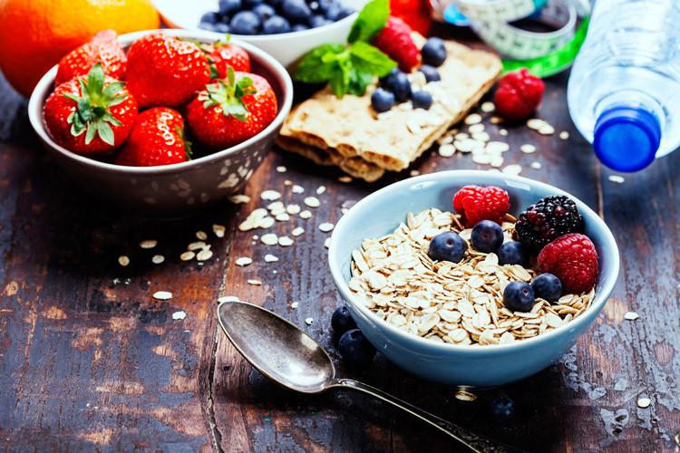 Haferflocken und Früchte