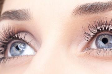 Lange Wimpern durch Wimpernseren