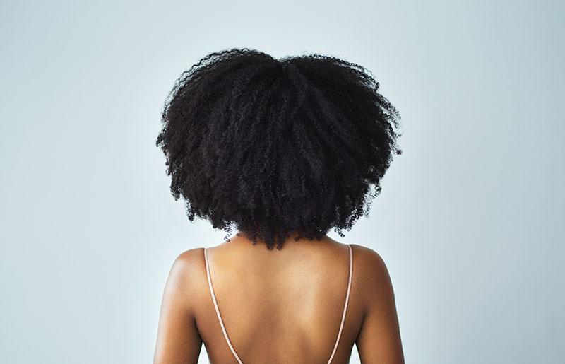 junge frau mit lockigen haaren