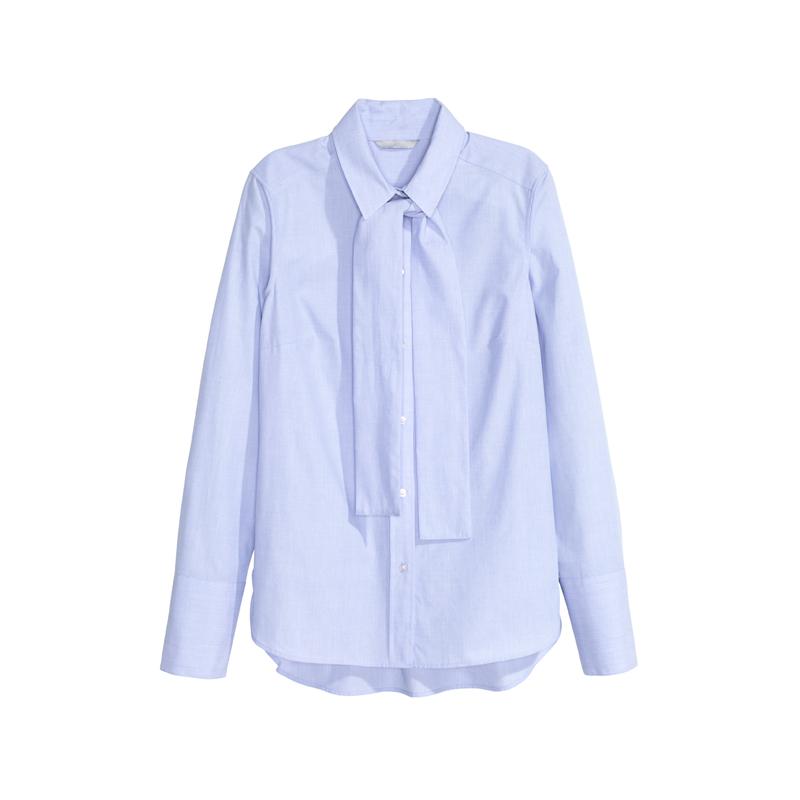 Hellblaue Bluse mit Schleife