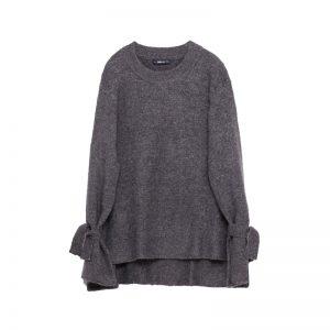 Grauer Pullover mit Schleifen an den Ärmeln
