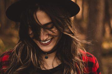 Frau mit Hut lacht