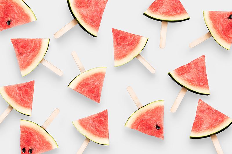 wassermelonen auf tisch liegend