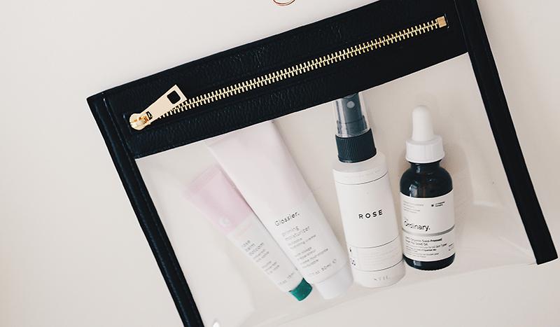 kosmetiktasche mit hautpflegegprodukten