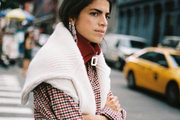 Pullover über die Schultern binden