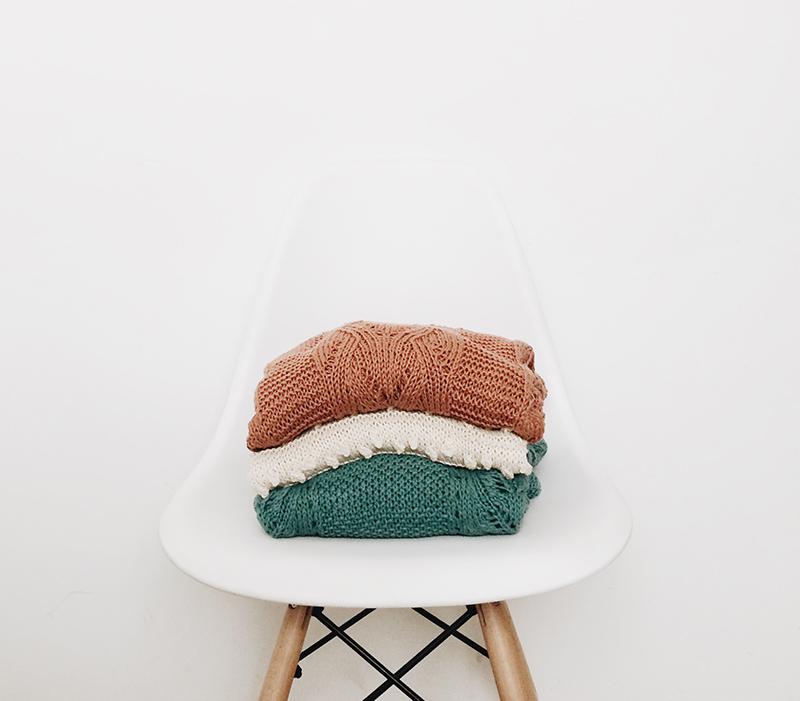 stuhl mit pullovern