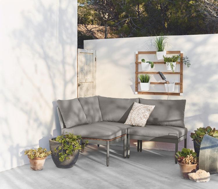outdoormöbel von depot auf einem balkon mit pflanzen dekoriert