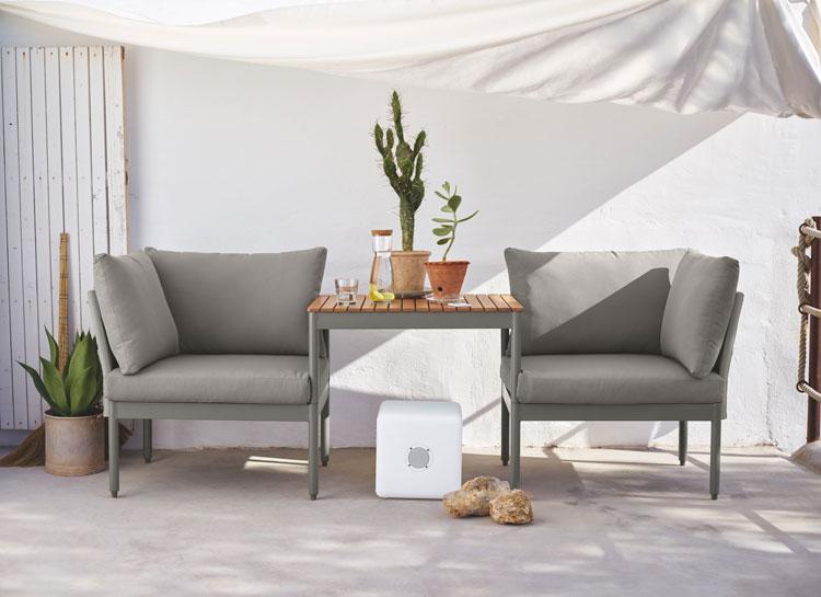 outdoormöbel von depot auf einem balkon mit sonnensegel