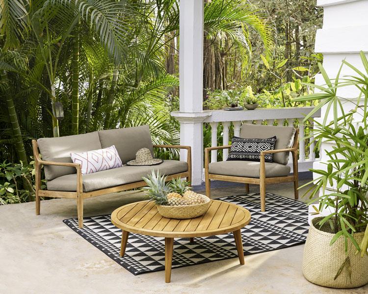 terrasse mit schönen möbeln und outdoorteppich von maisons du monde