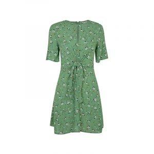 Grünes Kleid mit Blumen