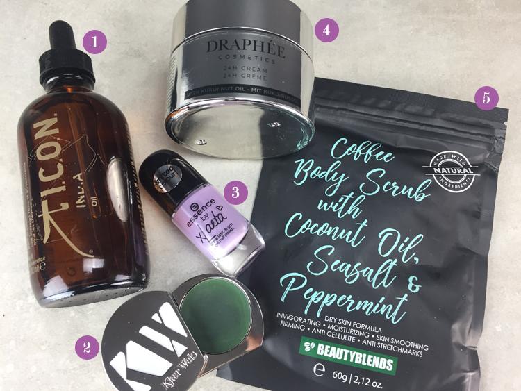 Haaröl, Lidschatten, Nagellack, Gesichtscreme, Körperpeeling auf einem Tisch