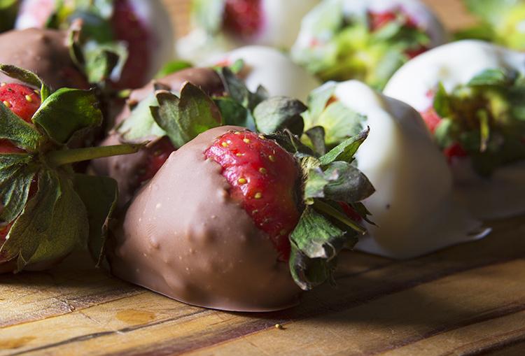 erdbeeren in schokolade gedippt