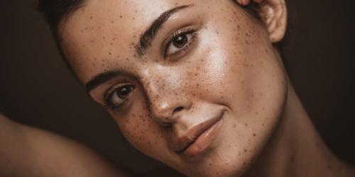 frau mit sommersprossen traegt tinted face oil