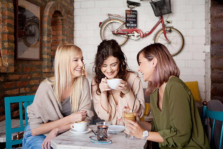 freundinnen im café
