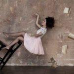 frau auf umfallenden stuhl