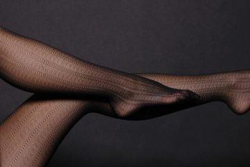 beine mit transparenter schwarzer strumpfhose