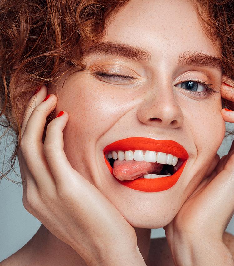 lachende frau mit rotem Lippenstift