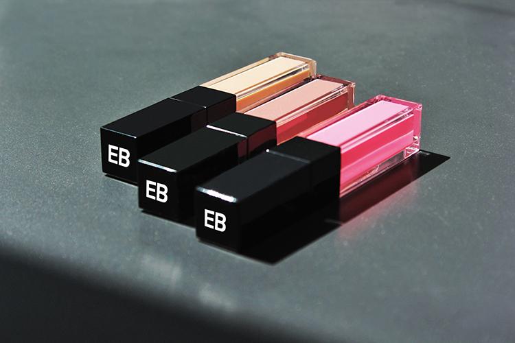 lipglosse von edward bess auf tisch