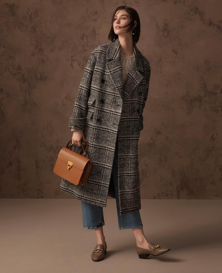 model in kariertem mantel mit überlänge von marks and spencer