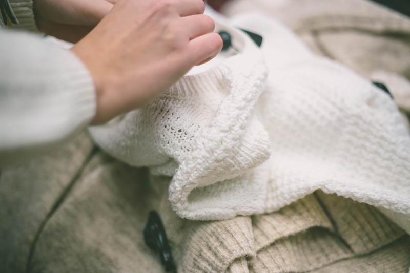 hand untersucht zwei pullover