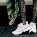 frau in nylon-strumpfhosen mit sneakern in rosa