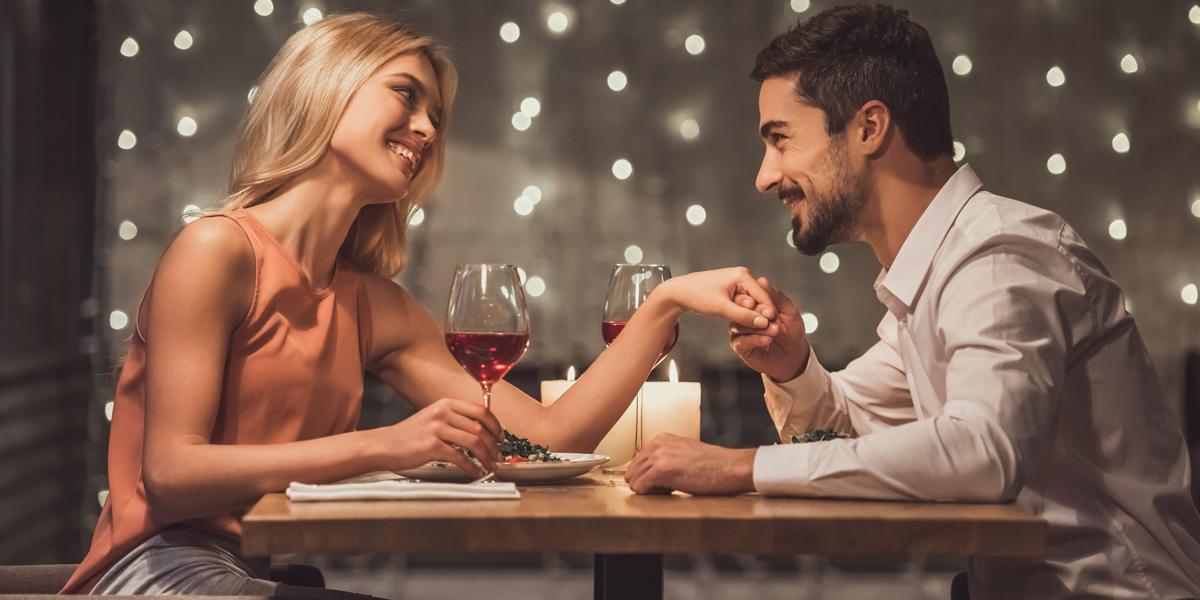 ein verliebtes paar im restaurant