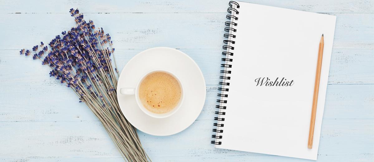tisch mit kaffeetasse, lavendel und notizheft