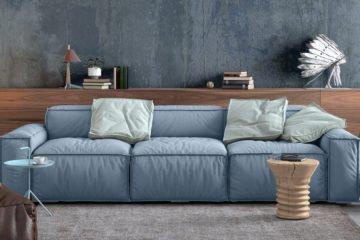 moderndes und gemühtliches wohnzimmer mit hellblauer couch