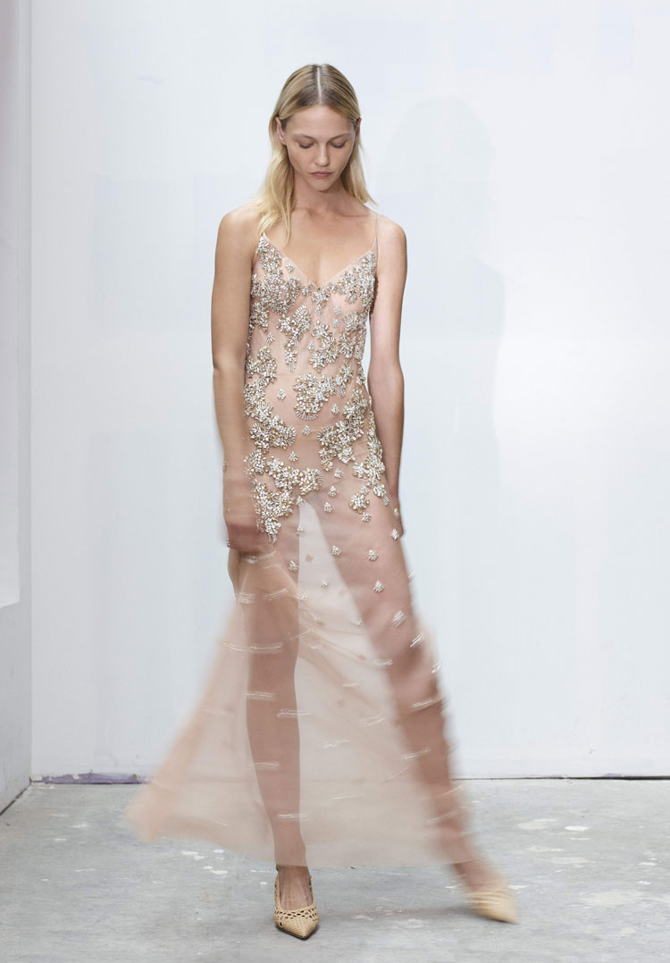 blondes model in transparentem hautfarbenen abendkleid von jason wu