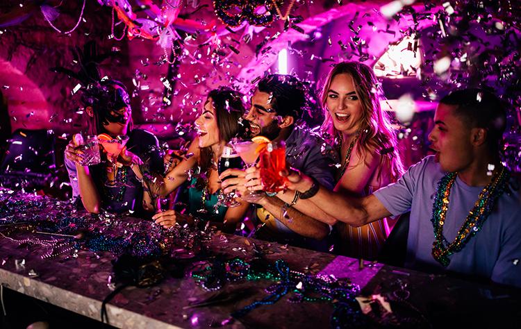 freunde feiern karneval in der bar