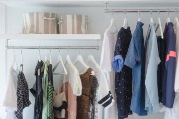 einblick in einen gut sortierten hellen kleiderschrank