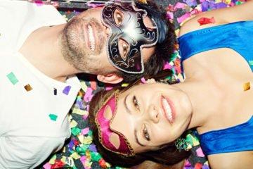 mann und frau zu karneval mit masken