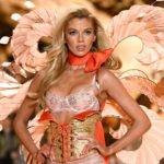 blondes model bei runway show von victoria´s secret