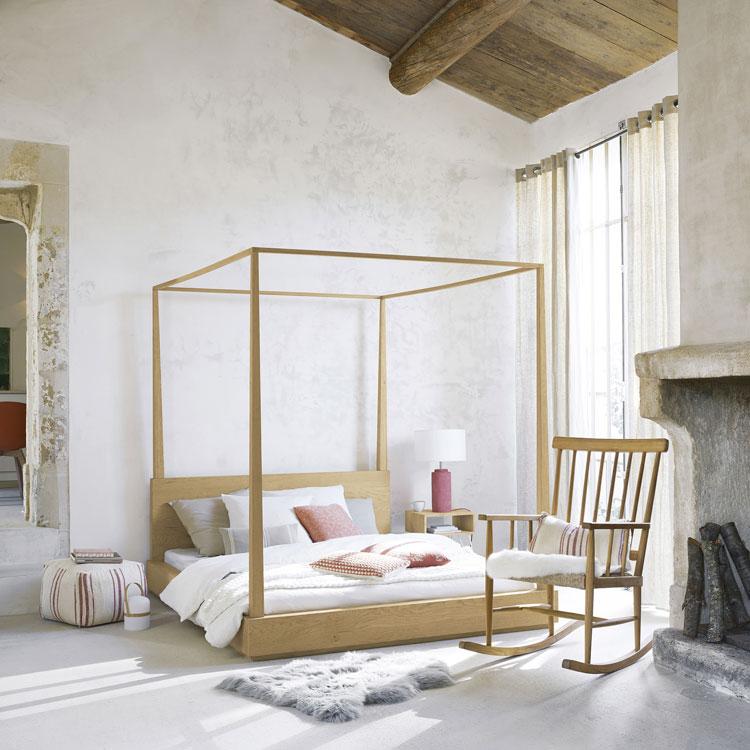 pressebild von maisons du monde: blick in ein minimalistisch eingerichtetes schlafzimmer