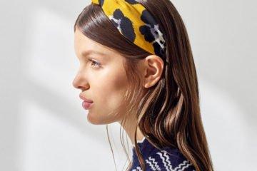 junge frau im profil mit haarband