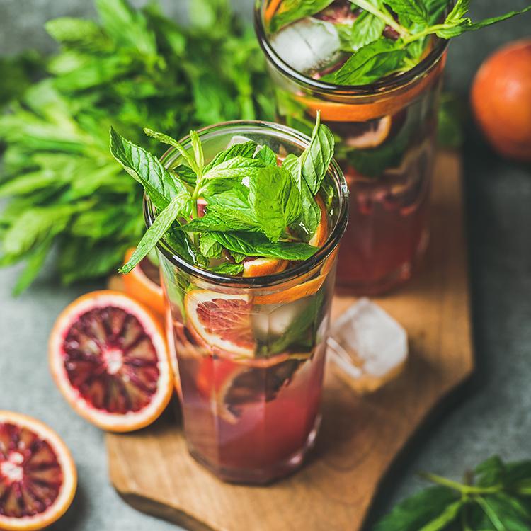 wasser mit zitrusfrüchten verfeinert