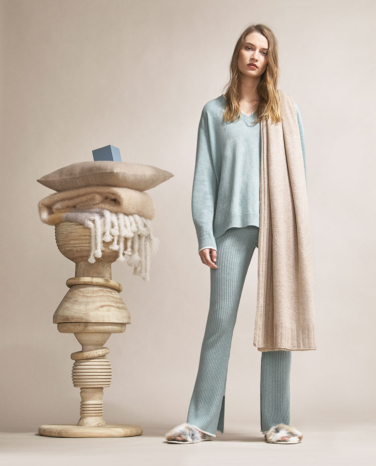 zara model in hellblauer loungewear