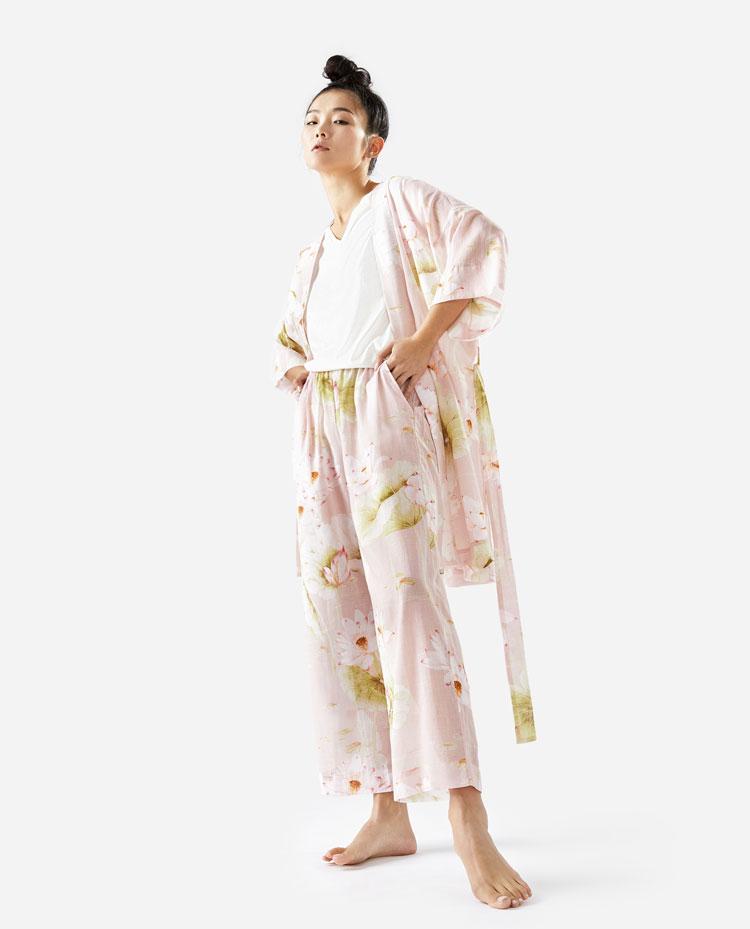 asiatisches model mit einem hosenanzug aus seide für zuhause