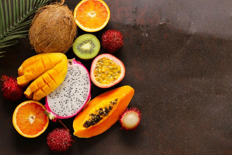 exotische früchte aus dem asiatisch-pazifischen raum auf einem tisch