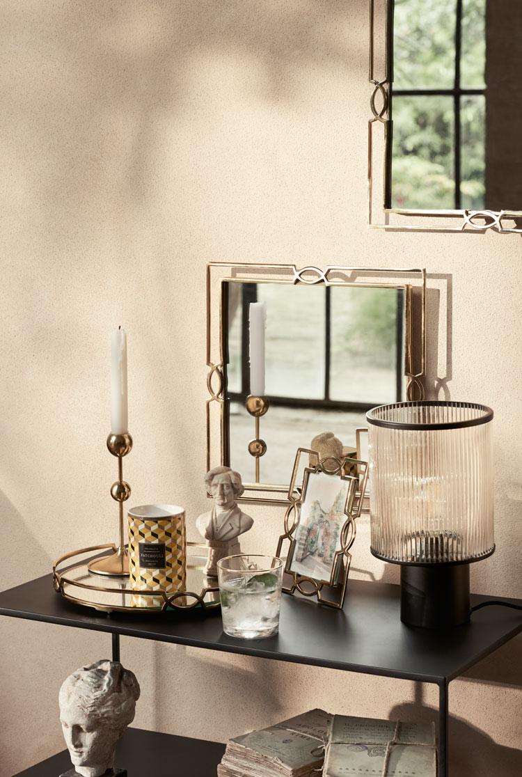 Schwarzer Beistelltisch mit goldenem Tablett und Kerzenständern
