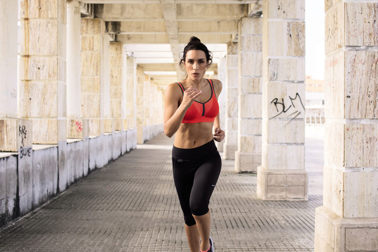 model in sport-bh von anita active beim joggen