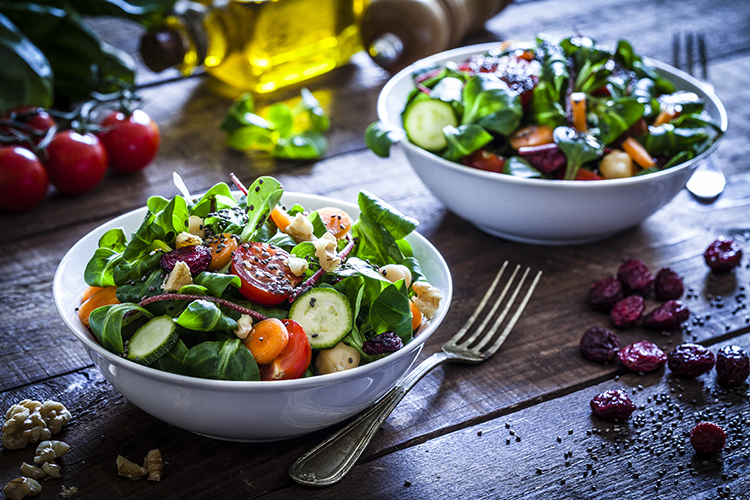 salat mit verschiedenen gemüsesorten