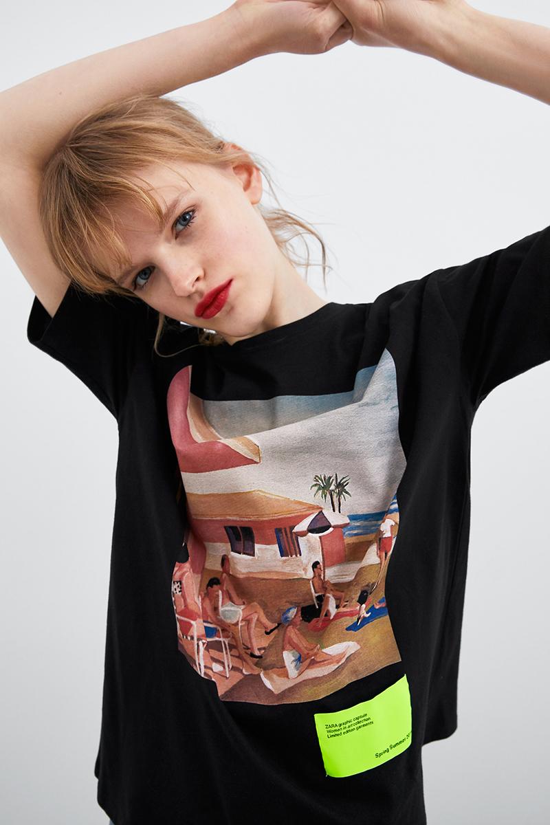junge frau mit kunstdruck auf dem t-shirt